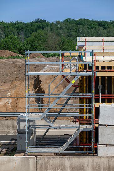 Gemakkelijke en veilige bereikbaarheid van de werkplek dankzij de PERI UP Flex trappentoren, die aansluit aan het werkbordes aan de bekisting.