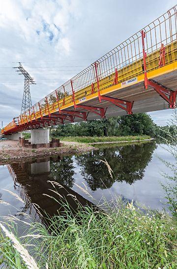 La consola para impostas laterales VARIOKIT con una plataforma de trabajo cerrada, es la solución ideal para la reparación y construcción de puentes.