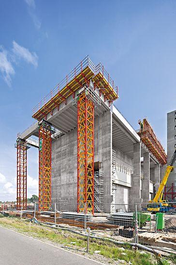These 23,60 m high heavy-duty shoring towers each carry loads of over 200 t. 10 m high tower sections were pre-assembled which accelerated the construction process. Disse 23,60 m høye tunglasstårnene har kapasitet hver på over 200 t. 10 m høye tårnseksjoner ble prefabrikkert noe som effektiviserte monteringen