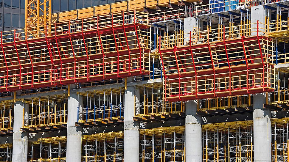 Trump International Hotel & Tower, Chicago, USA - The massive reinforced concrete columns on the north and south sides were quickly realized with the ACS self-climbing system and VARIO wall formwork - and without a crane.