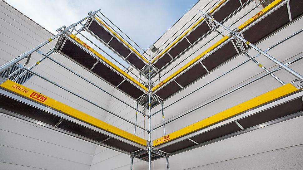 Pour configurer un angle intérieur, deux échafaudages cadres disposés perpendiculairement sont simplement reliés par une filière.