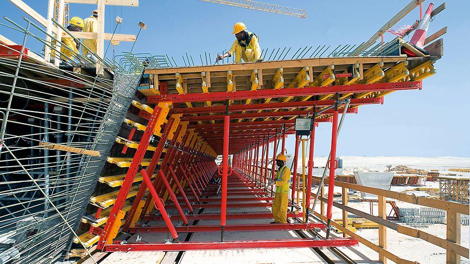 Podul Sheikh Khalifa, Abu Dhabi, Emiratele Arabe Unite - Execuția podului promontoriu de est a fost realizată în tronsoane de 55 m utilizând unități de cofraj pre-asamblate, compuse din componente de sistem PERI disponibile la închiriere, și ridicate la cotă.