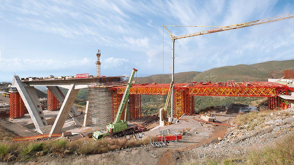Sistema modulare PERI VARIOKIT con travi reticolari e torri di sostegno ad elevata portata, ideali per opere infrastrutturali