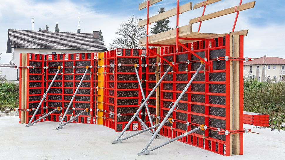 Rámové bednění LIWA: Stabilizátory a výložníky se připevňují na žebra panelů pomocí úchytu LIWA.