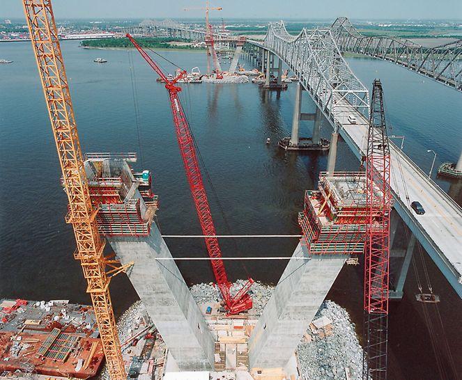 Arthur Ravenel Jr. Bridge, Charleston, USA - Auf künstlich geschaffenen Inseln im Cooper River wachsen die Pylone mit PERI Selbstklettertechnik mit VARIO Wandschalung regelmäßig im Wochentakt in die Höhe.