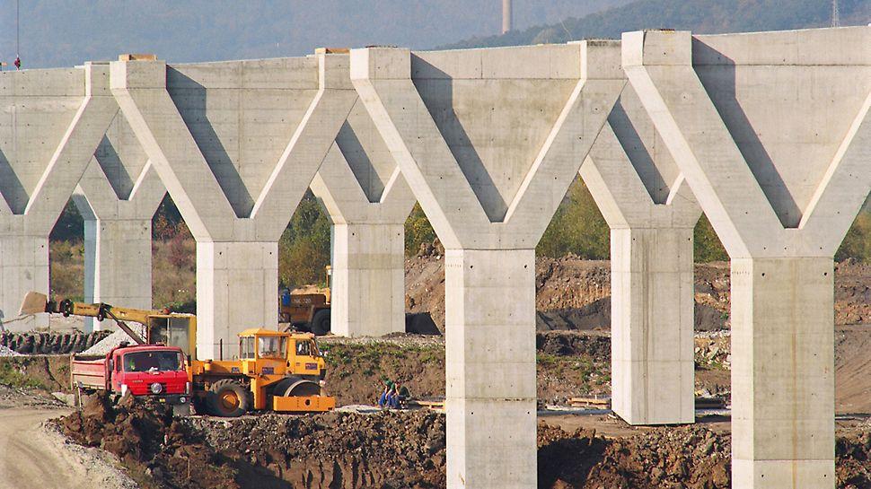 Mostní estakáda Trmice: Tento výrazný tvar písmena Y masivních mostních pilířů, vysokých místy až 27 m, bylo možné vytvořit použitím dvou různých tloušťek stěny pilířové hlavy.