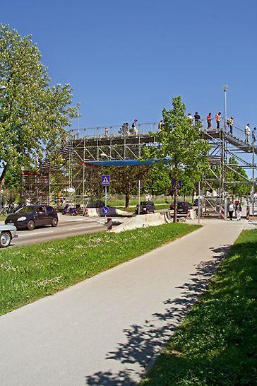 El sistema LGS es apto para pasarelas peatonales temporales y cumple las exigencias en cuanto a cargas y geometrías de  barandillas para utilizarse en áreas públicas.