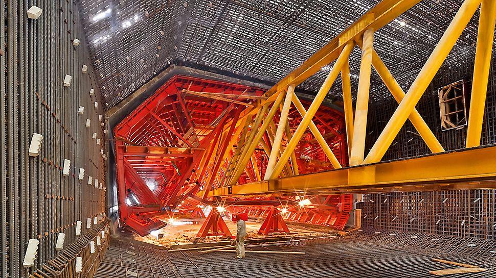 Most Honkong-Zhuhai-Macao (HZMB), Čína: Vnitřní bednění pojíždí hydraulicky nad vysunutým nosníkem do armovacích košů a tím do betonářské pozice.