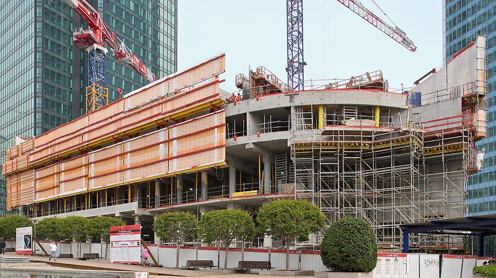 """Hotel Mélia, La Défense, Paris, Frankreich - Für den Neubau des Hotel Mélia in der Bürostadt """"La Défense"""" erarbeitete PERI eine umfassende Kletterschalungslösung. Diese dient zum einen als Einhausung und damit der Sicherheit des Baustellenteams. Zum anderen unterstützt sie Fertigteilbrüstungen während der Montage."""