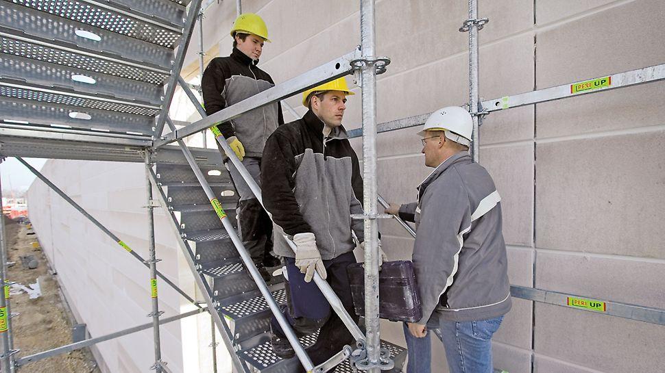 Ocelové schodiště PERI UP 100 / 125: Uživatelům ocelového schodiště nabízí i při provozu v obou směrech dostatek místa. To je velkou předností i při velkém počtu uživatelů.