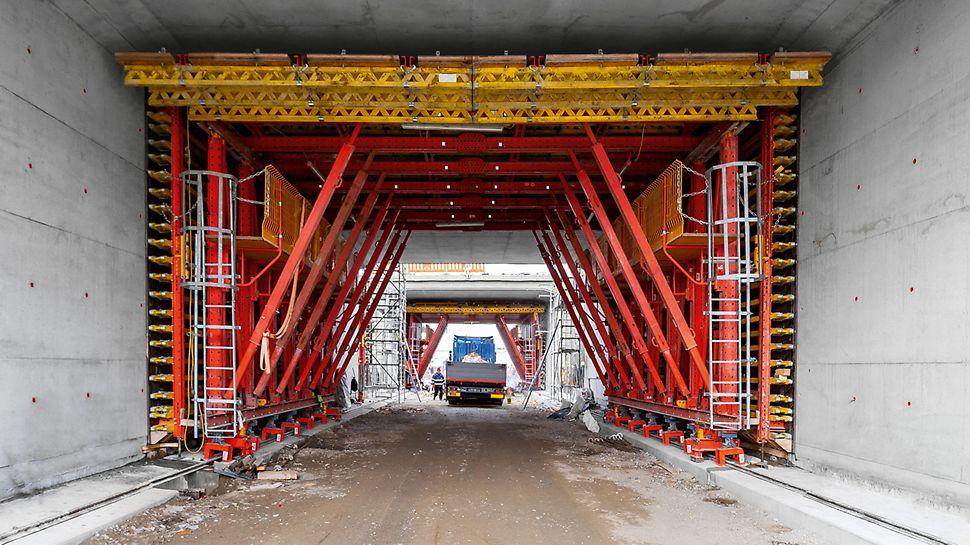 Der VTC Tunnelschalwagen ist vielseitig auf individuelle Projektanforderungen der offenen, teilmonolithischen Bauweise anpassbar. Dank modularen VARIOKIT Kern- und Systembauteilen sind passgenaue Konfigurationen an Tunnelgeometrien und Randbedingungen wie z.B. Durchfahrtsöffnungen möglich.