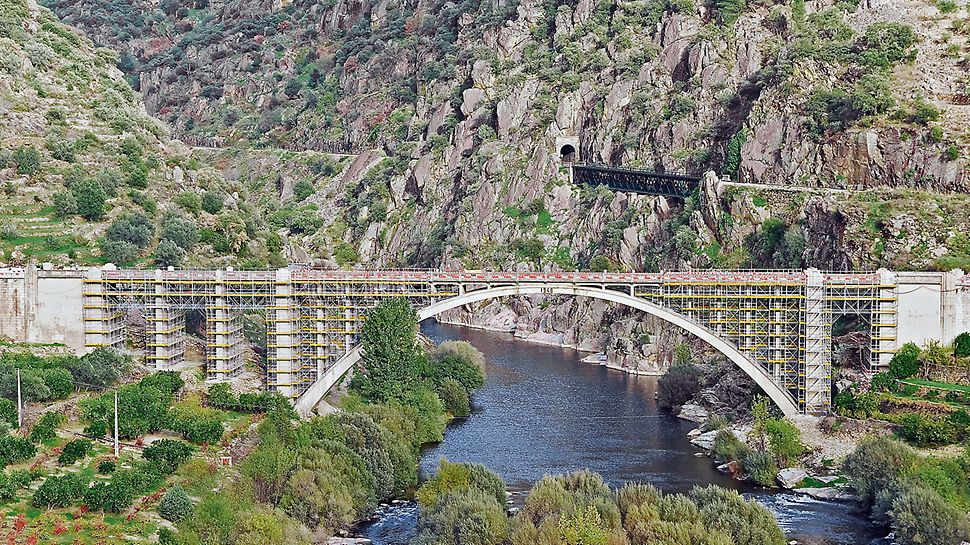 Bridge renovation Ponte Rio Tua, Vila Real, Portugal - For the renovation of an arched bridge built in 1940, a scaffold construction on the basis of PERI UP modular scaffolding was erected.