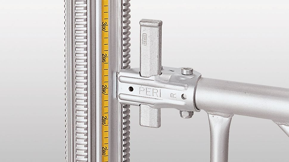 The integrated measuring tape allows exact adjustment of the PERI Multiprop Det integrerte målebånd gir eksakt justering av støtta, uten ekstra tidsforbruk på måling og unødvendig etterjustering. The integrated measuring tape allows exact prop adjustment without any time-consuming measuring and unnecessary lengthy re-adjustments. MULTIPROP Aluminium Dekkestøtte  PERI forskaling domino Trio Quatro søyle panel dekke vegg