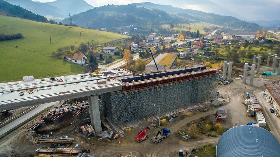 Estakáda 201-10, Dolný Hričov - Podperná konštrukcia Rosett bola prispôsobená podmienkam pod stavbou.