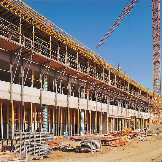 DaimlerChrysler Subsidiary Warsaw, Poland - FB 180 folding platforms with safety barrier extensions and the MULTIPROP system assembled above for the cantilever slab formwork.