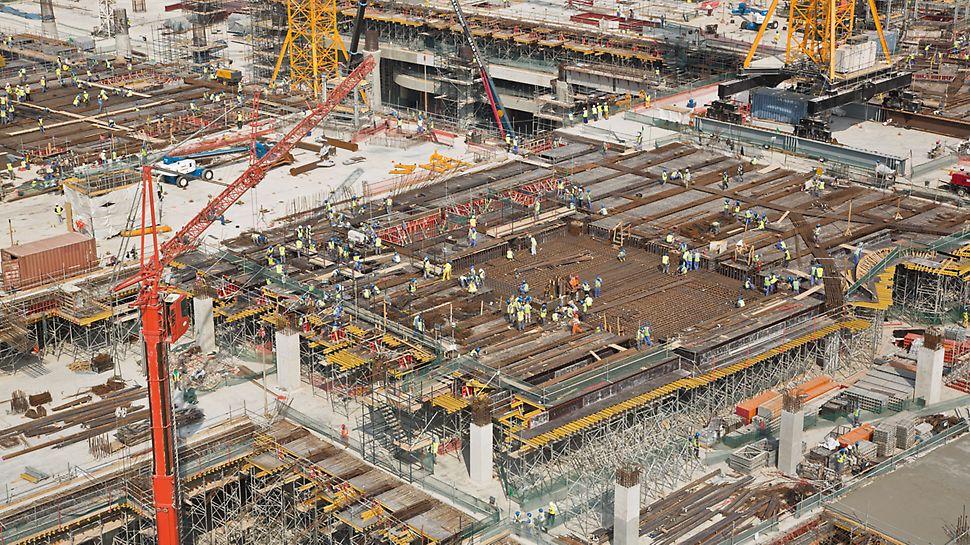 Midfield Terminal Building, Abu Dhabi - Über 6.000 PD 8 Deckentische sind im kontinuierlichen Dauereinsatz, das entspricht einer Schalungsvorhaltung mit der Fläche von annähernd 10 Fußballfeldern.