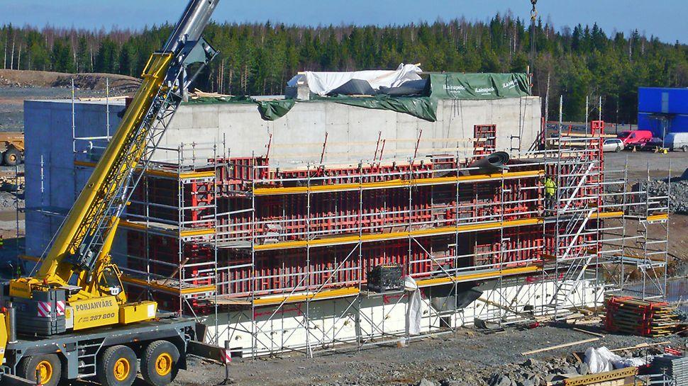 TRIO-seinämuotteja sekä PERI UP Flex -telineitä muuntamorakennuksen seinien valuvaiheessa.