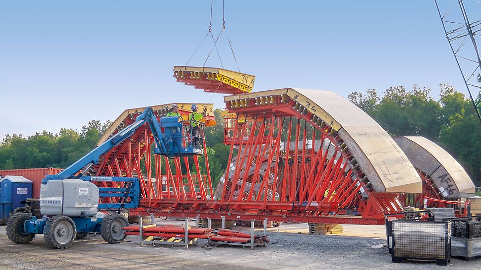 Smithland Hydroelectric Power Plant - For the construction of the concrete tubes, PERI planned and assembled multi-curved formwork units. The final assembly of the formwork and shoring construction is carried out on site.
