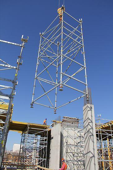 A PERI UP Flex toronyegységek a rúdelemek és a vízszintes hevederek közötti különösen merev csomóponti kapcsolatoknak köszönhetően nagy egységekben áthelyezhetők.