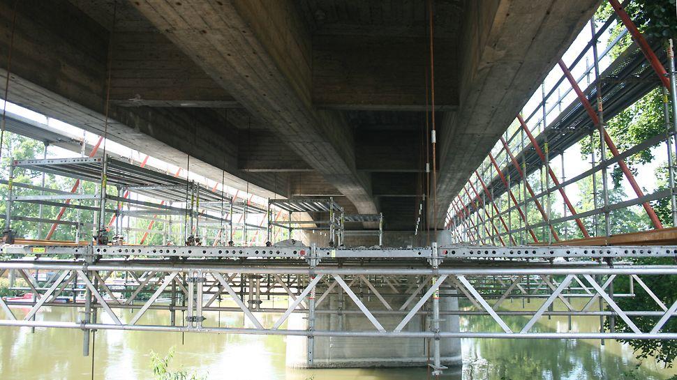 Pre bezpečnú rekonštrukciu mosta bolo nasadených 1 000 m² zaveseného modulového lešenia PERI UP Rosett a 520 m³ modulového priestorového lešenia PERI UP Rosett.