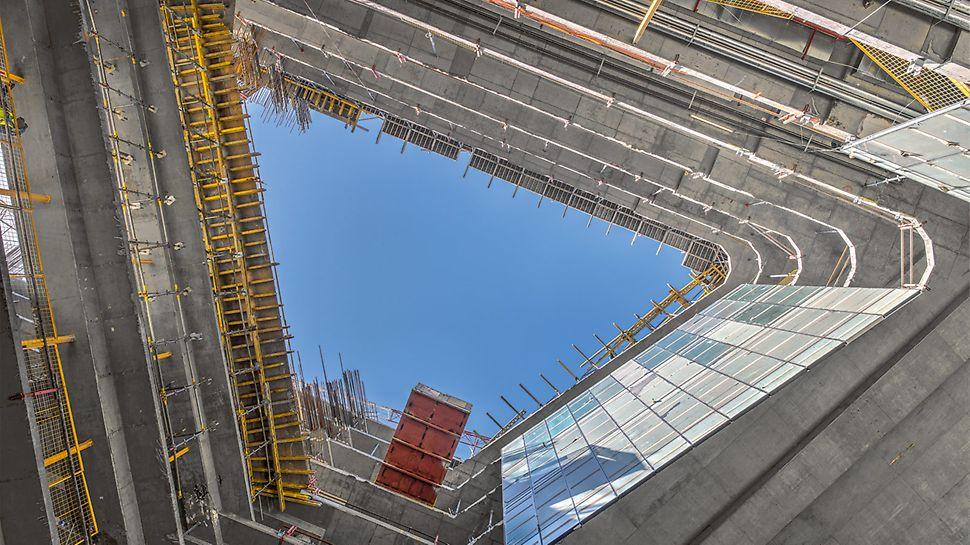 I přes složitý tvar budovy mohlo být nasazeno velké množství systémového bednění.