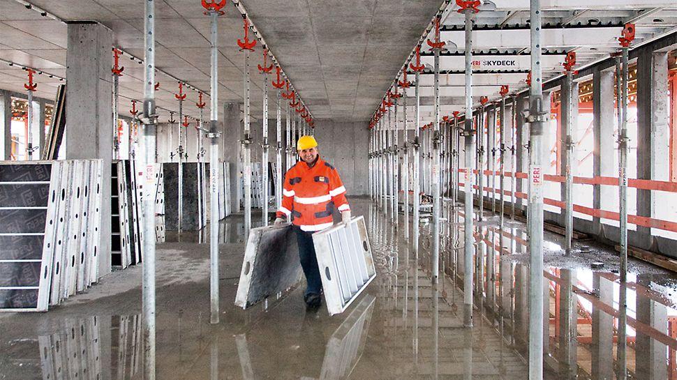 Handliche Elementgrößen der SKYDECK ermöglichen ein ermüdungsfreieres Arbeiten und sorgen für einen guten Überblick über den eigenen Arbeitsbereich auf der Baustelle.