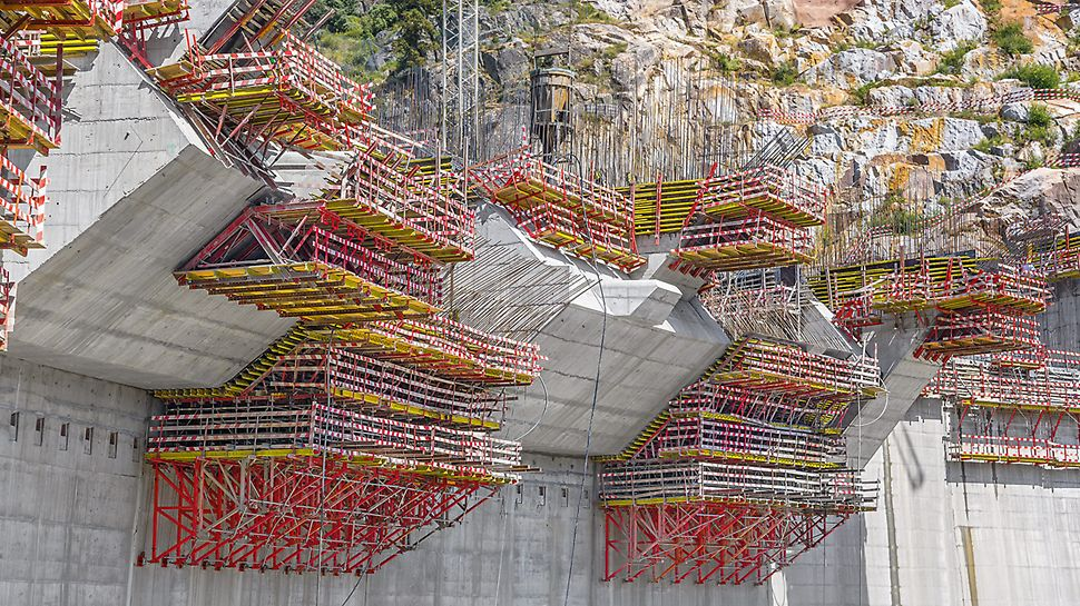 The SCS 190 Climbing System in combination with VARIO GT 24 Girder Wall Formwork for a double-curved dam wall.