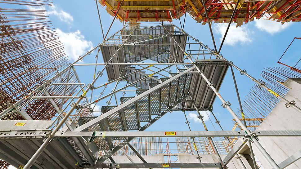 Silozuri de cereale lângă Parma, Italia - Sigur și convenabil: Turn de acces din oțel PERI UP Rosett Flex având trepte de 1.00 m lățime și sens alternativ.