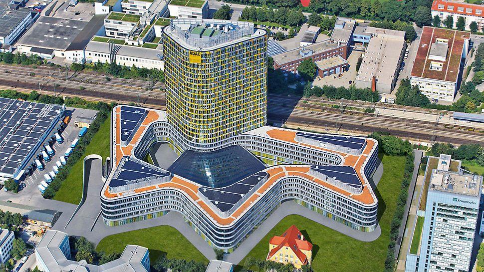Die neue ADAC Zentrale besteht aus einem fünfgeschossigen, wellenförmig geschwungen Sockelbau mit großem Innenhof. Darüber erhebt sich ein Büroturm mit 18 Geschossen.
