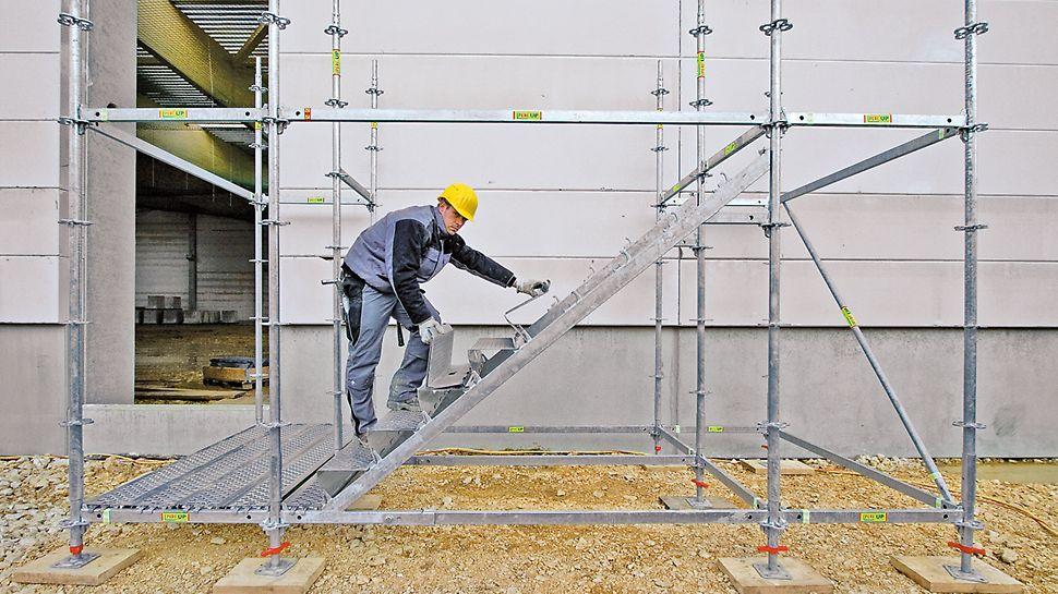 Ocelové schodiště PERI UP 100 / 125: Lehké stupně se montují velmi rychle; při montáži se zaháknou a zajistí bez nutnosti dalších opatření.