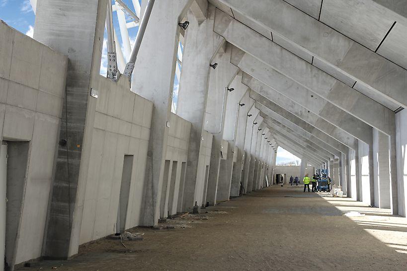 A lelátó előregyártott pillérei közötti monolit látszóbeton falak lenyomati képe.