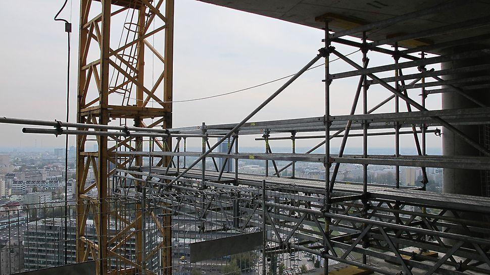 Kładka dla operatora żurawia wieżowego – mocowanie konstrukcji między stropami budynku A za pomocą systemu PERI UP Rosett.