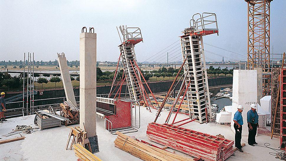 Der Neue Zollhof, Düsseldorf, Deutschland - Die nach den Anforderungen des Architekten geneigten RAPID Säulenschalungen werden von Richtstützen gehalten.