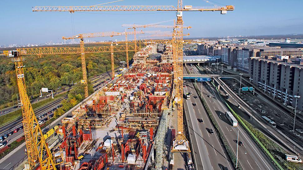 """The Squaire, Frankfurt am Main, Deutschland - Die einmalige Architektur sowie die einzigartige Lage von """"The Squaire"""" brachten extreme logistische Herausforderungen mit sich."""