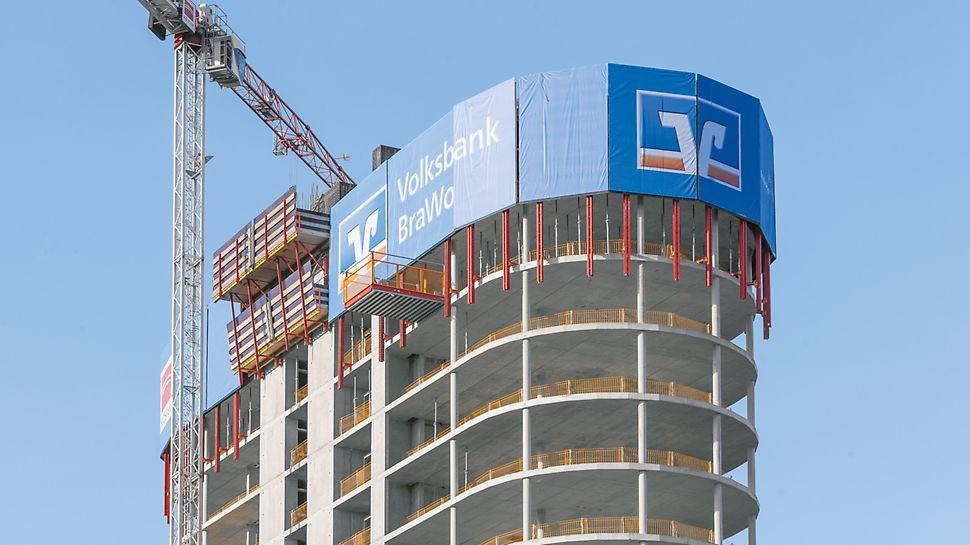 Die obersten Stockwerke des BraWoPark Business Centers II in Braunschweig, bei dem die PERI RCS Kletterschutzwand in den zwei obersten Etagen für Werbezwecke eingesetzt wird.