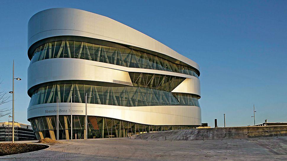 Muzeum Mercedes-Benz: V navrženém tvaru této impozantní stavby se holandský architekt Ben van Berkel snaží v co nejvyšší míře vyloučit rohy a hrany. Proto je jeho základní koncepcí tvar dvojité spirály.