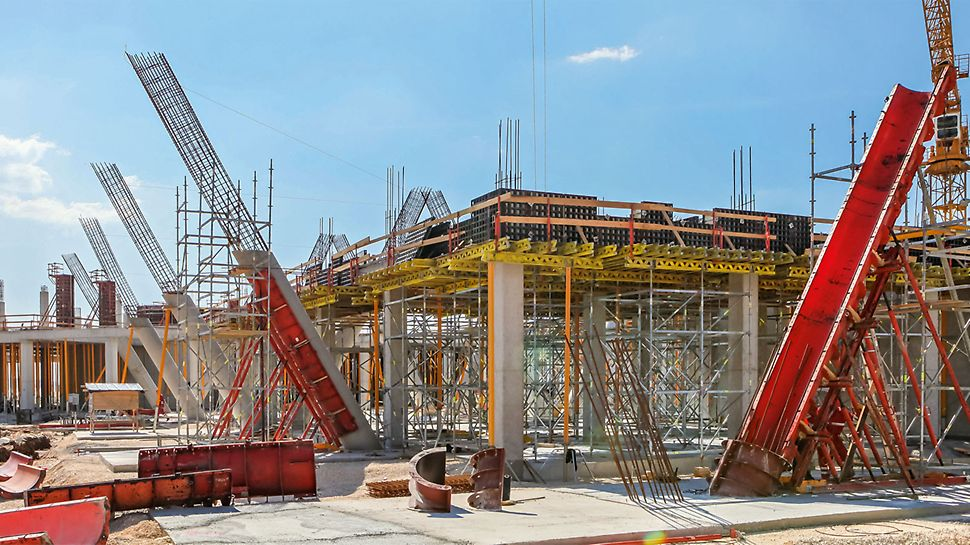 For concreting the second section, the construction team installed a working platform supported by PERI UP Flex Shoring that, thanks to the 25 cm system grid of the modular scaffolding, could be flexibly adapted to accommodate the circular columns which are diagonally-positioned across the inside of the structure.