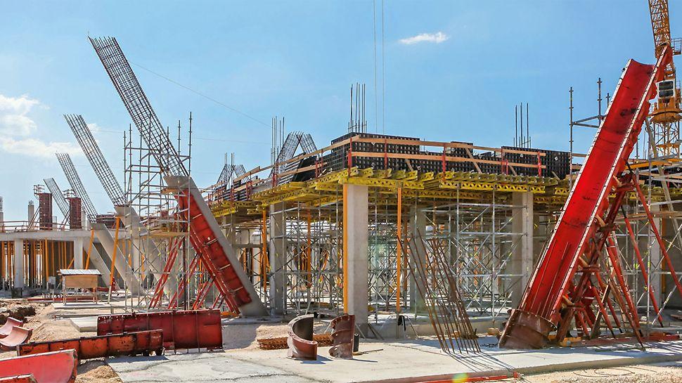 Zum Betonieren des zweiten Abschnitts errichtete das Baustellenteam eine Arbeitsplattform unterstützt vom PERI UP Flex Traggerüst, das sich dank des 25‑cm‑Systemrasters des Modulgerüsts flexibel an die schräg im Raum verlaufenden Rundsäulen anpassen ließ.