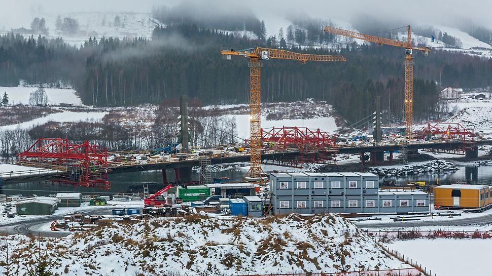 Most Harpe Bru: Speciální zavěšená konstrukce, poprvé použitá v Norsku s předpínacími prvky umístěnými mimo průřez mostu, umožnila nízké stavební výšky mostovky i pylonů. Návrh PERI pro bednění mostovky, široké 19,60 m, se sestával z vozů pro letmou betonáž VARIOKIT.