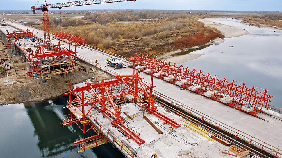 A szabadon betonozó berendezés PERI UP moduláris állvánnyal való kombinálhatósága - mint a PERI projektmegoldás széleskörű része - minden munkaterületen lehetővé teszi moduláris munkaállványok és feljárók használatát. Az építési csapat minimális ráfordítással, egyszerű kapcsolóelemek segítségével könnyedén csatlakoztathatja a moduláris állványt a VARIOKIT szabványelemekhez.