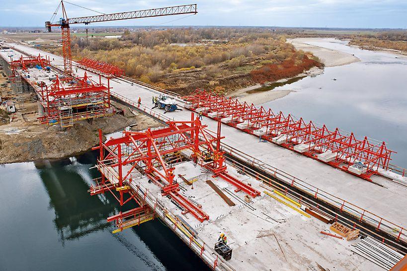 Vozík pre letmú betonáž je možné flexibilne prispôsobiť rôznym tvarom mostovky. Premávka pod mostom je neobmedzená.