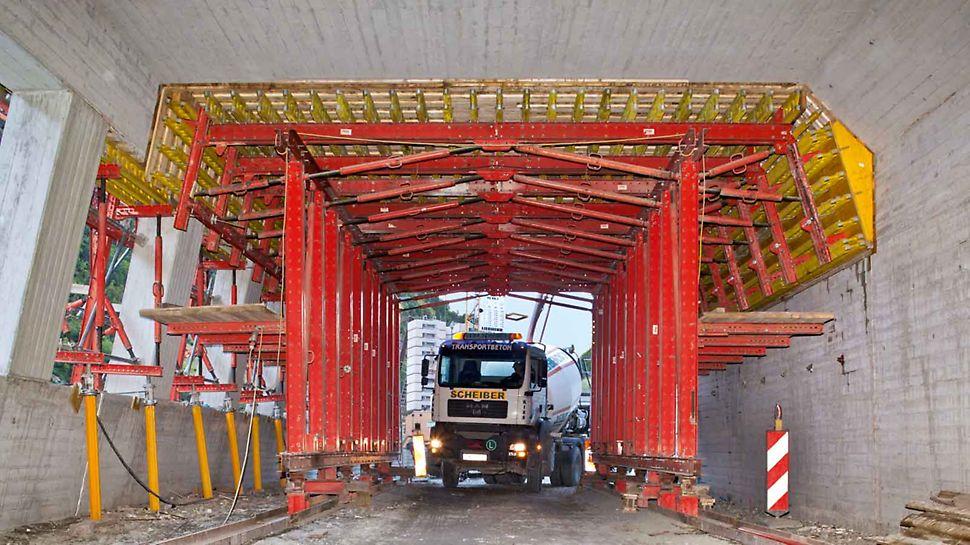 En este carro de encofrado para losa, el paso interior de 3,00 m de ancho y 4,50 m de alto, permite la circulación de vehículos en la obra sin inconvenientes.