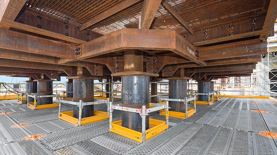 Las aperturas y los pasos para tuberías se rodean con plataformas, barandillas y rodapiés del sistema.