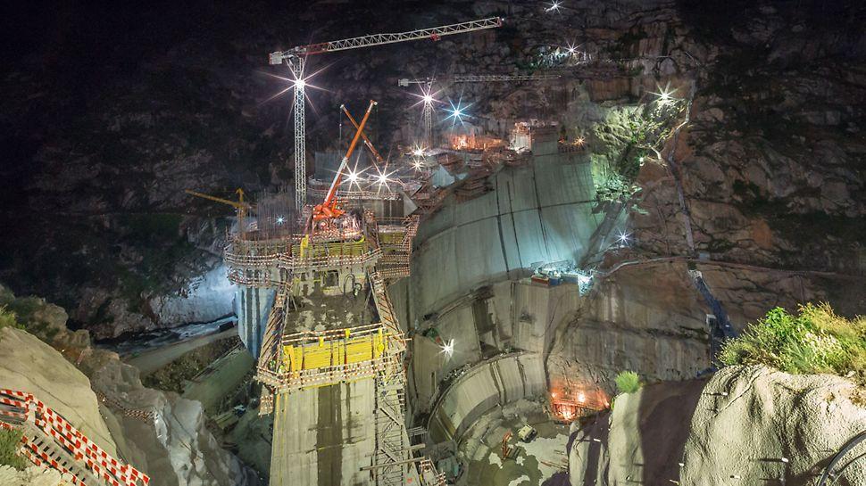 Progetti PERI - La costruzione della diga Foz Tua, Portogallo, con turni che si svolgevano anche durante la notte