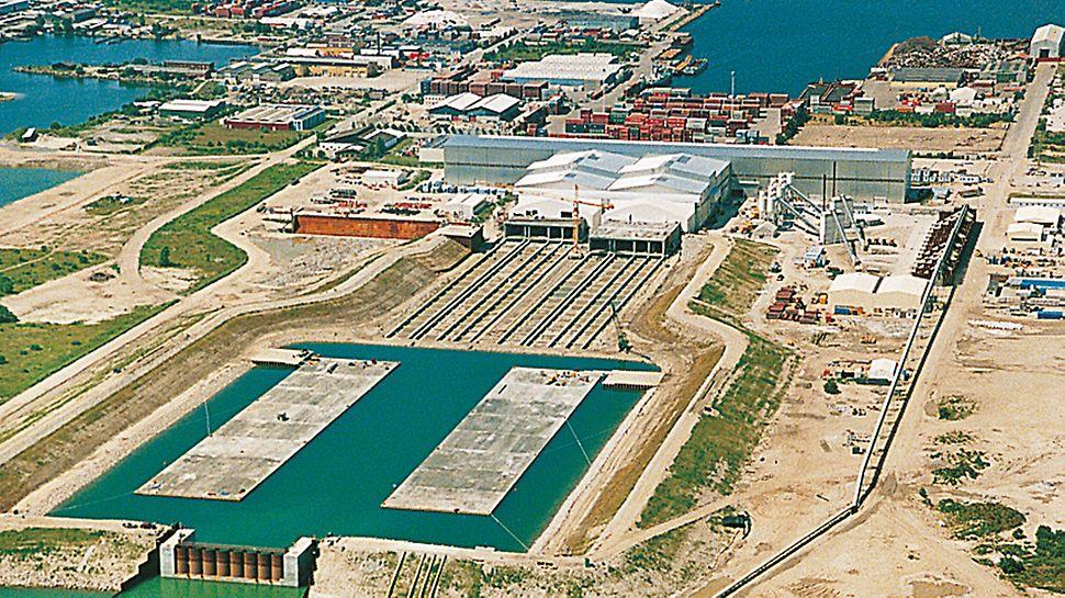 Øresund-Verbindung, Dänemark–Schweden - Im gefluteten Becken schwimmen die beiden 176 m langen und je 57.000 t schweren Tunnelteilstücke, bereit zum Verschleppen.