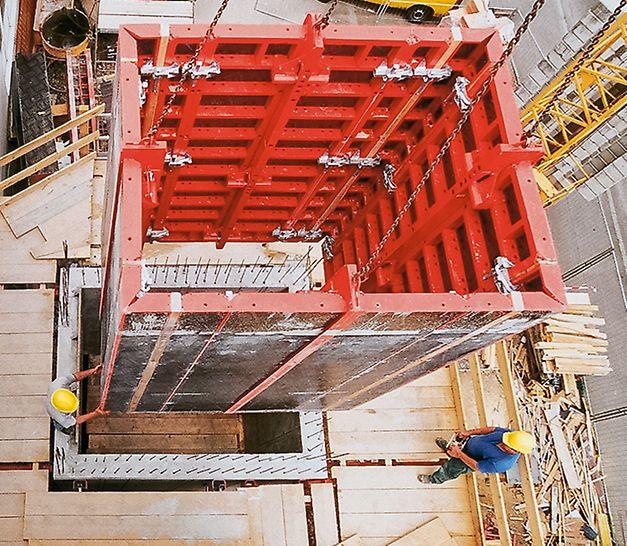 L'élément de cage TRIO pour une translation rapide de coffrages intérieurs de cage complets : le serrage des angles de cage donne un jeu de décoffrage de 30 mm. L'unité peut être déplacée en un seul coup de grue.