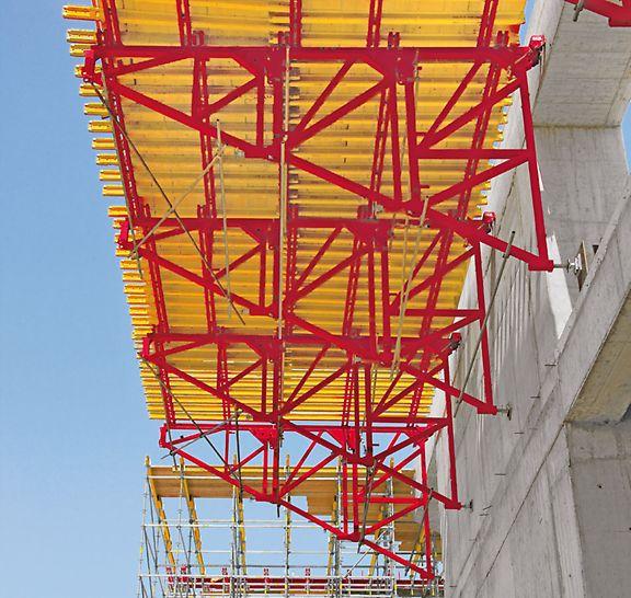 Uso horizontal: la escuadra PERI SB se utiliza en caso de elevadas cargas verticales o grandes dimensiones geométricas. El principio modular ofrece importantes ventajas tanto para encofrados verticales como para el uso de plataformas horizontales.