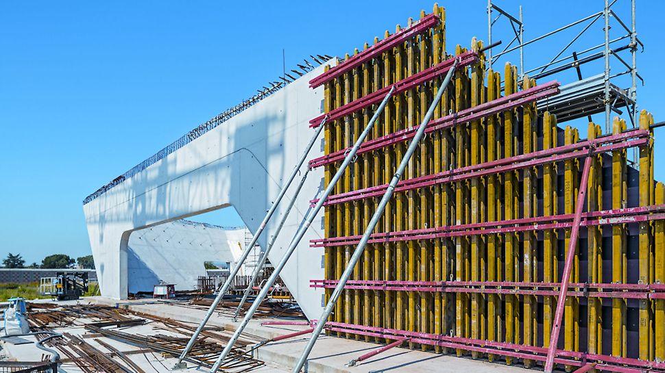 Progetti PERI, stazione AV/AC Napoli Afragola - La cassaforma a travi per pareti GT 24 è stata progettata e assemblata su misura, con centine di rinforzo in moduli alti fino a 12 m