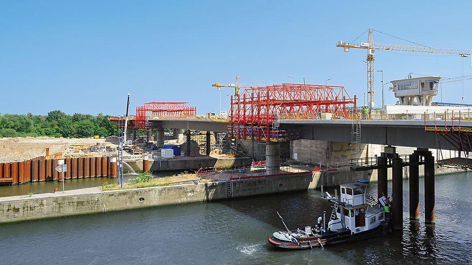 Diese Schleusenbrücke wird mit 2 VARIOKIT Verbundschalwagen in 13 Betonierabschnitten im Pilgerschrittverfahren hergestellt.