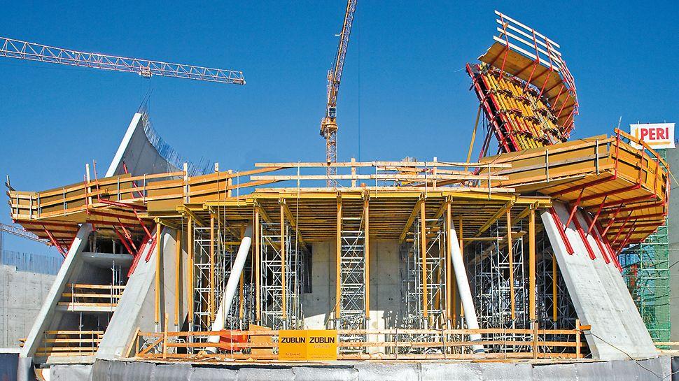 Ξυλοδοκός VT 20K: Η ξυλοδοκός VT 20K ως δευτερεύουσα δοκός πάνω κύριες ξυλοδοκούς GT 24 στη κατασκευή βιομηχανικού κτιρίου.